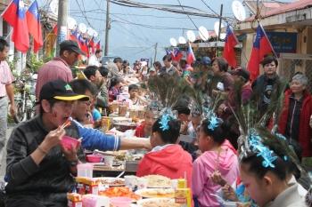 清境社區居民和學生共同參與「長街宴」活動,傳承雲南少數民族好客精神