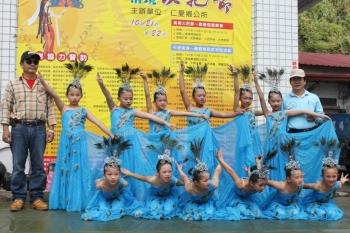 清境國小12位學生表演雲南的民族舞蹈孔雀舞,為清境長街宴揭開序幕