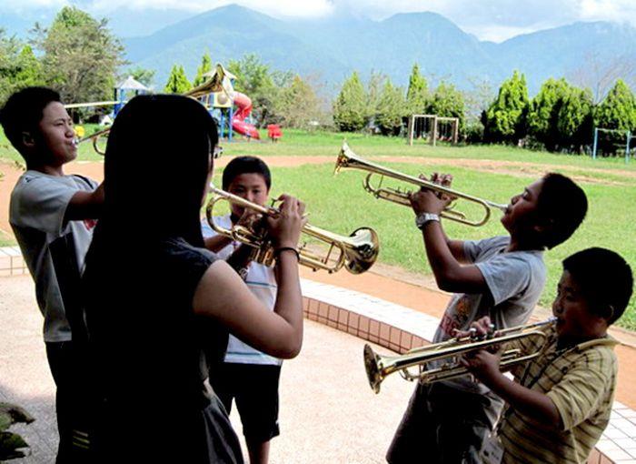 韋老師在校園實施分部練習,加強小喇叭手的吹奏能力