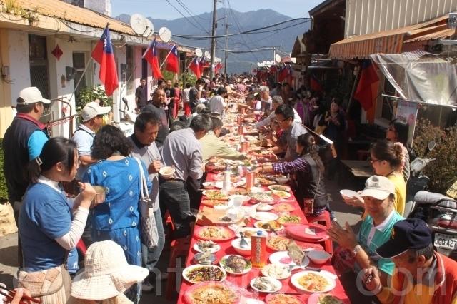 清境地區的年度活動「清境火把節」由17日的長街宴率先登場。(攝影:林萌騫/大紀元)