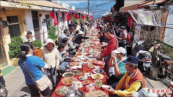 「清境火把節」開幕,居民特別舉辦「長街宴」,端出二百多道佳餚。(記者佟振國攝)